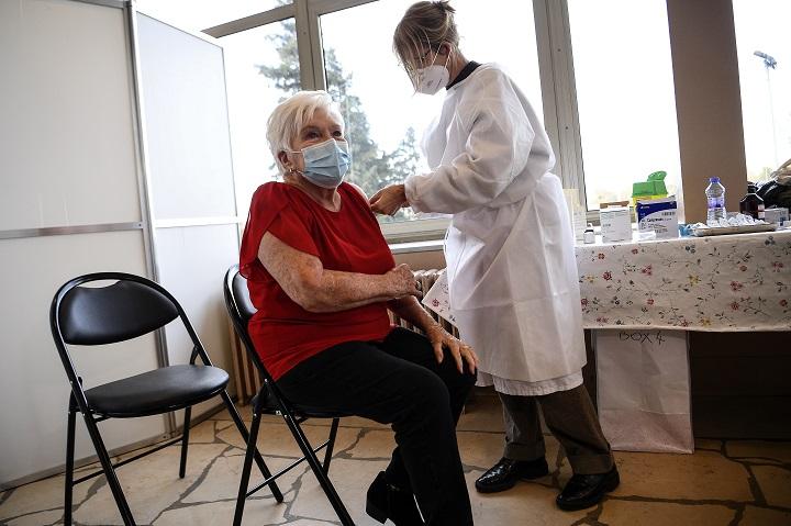 Se acelera la vacunación en el mundo y América Latina supera los 550.000 muertos
