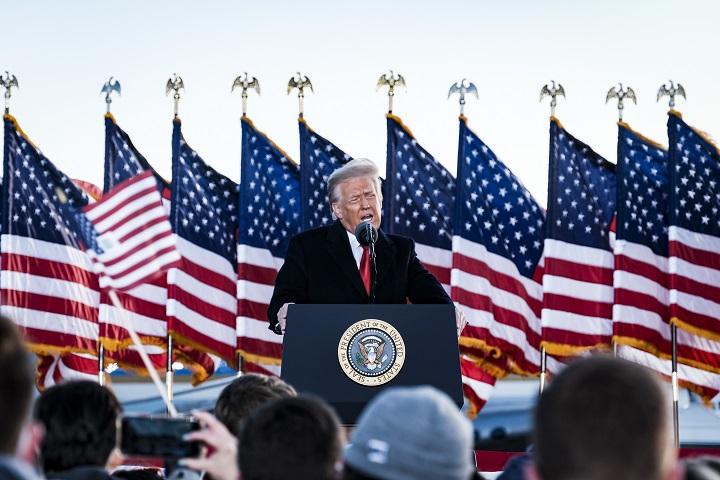 """""""Volveremos de alguna forma"""", dice Trump antes de partir de Washington"""