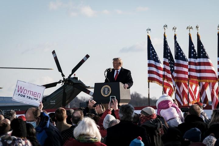 Trump logra su ceremonia de despedida pero sin multitudes
