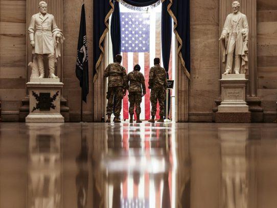 Extremistas de derecha reclutan entre los militares en EE.UU., dice Pentágono