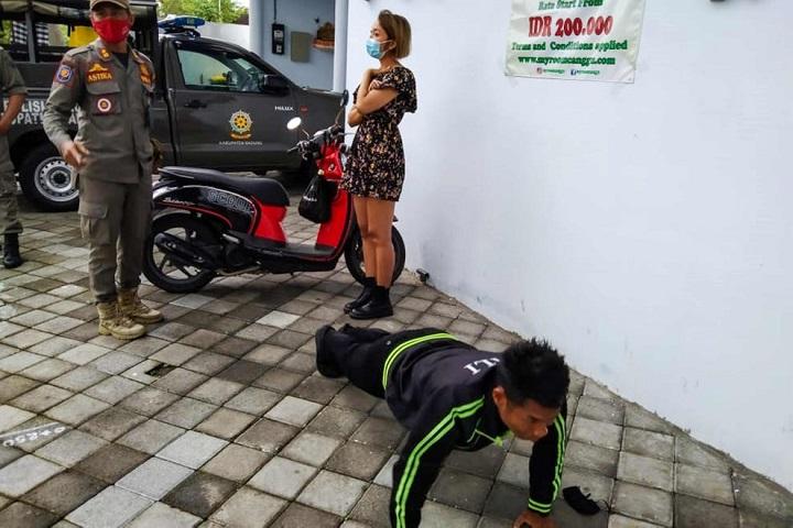 Extranjeros sin mascarillas en Bali obligados a hacer flexiones