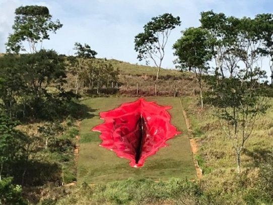 Escultura de vulva gigante impulsa debate sobre género en Brasil