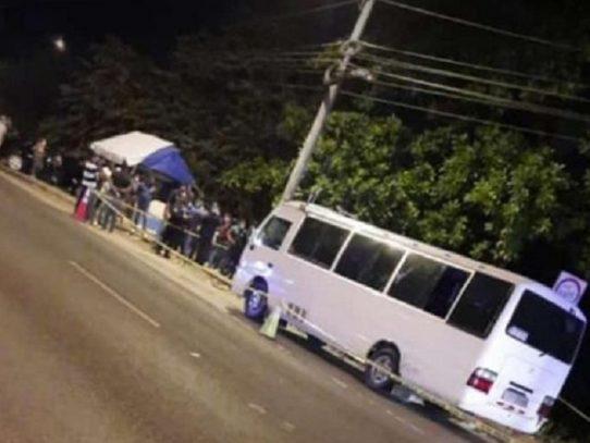 Un hombre es asesinado dentro de un bus en Villa Grecia