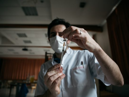 Los gobiernos firman acuerdos secretos para obtener vacunas: esto es lo que ocultan