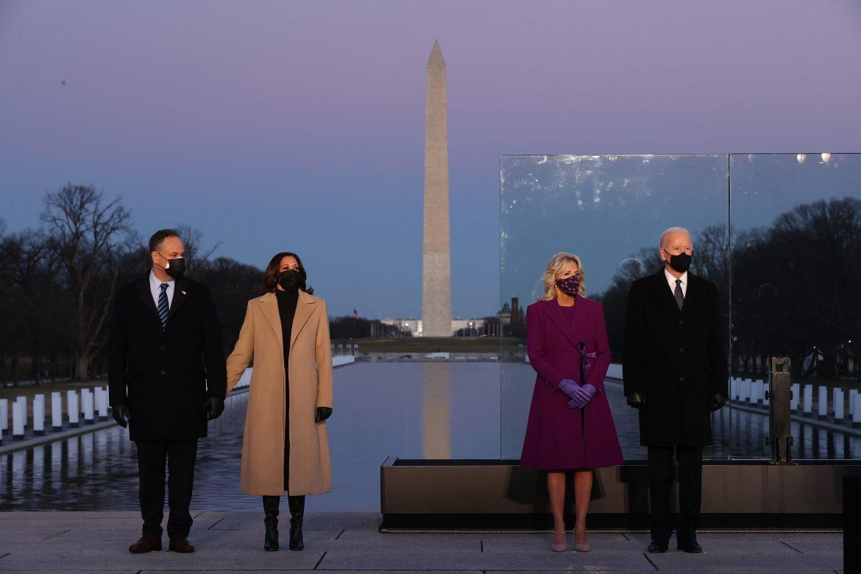 La víspera de su investidura, Biden rinde homenaje a los muertos por covid-19