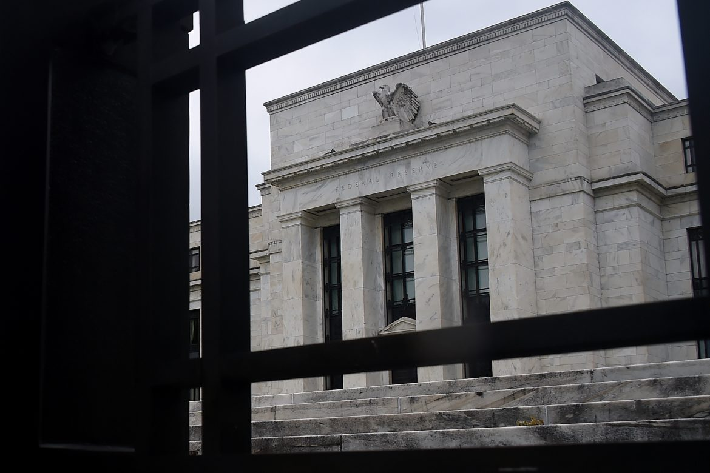 Wall Street tropieza por una reactivación que se debilitó según la Fed, índices pierden más de 2%