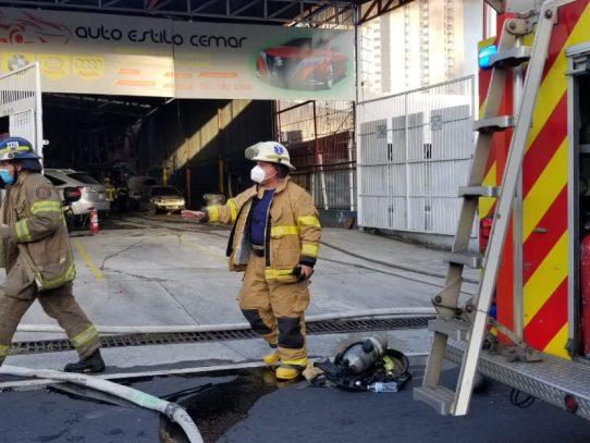 Incendio en taller de chapistería en Parque Lefevre