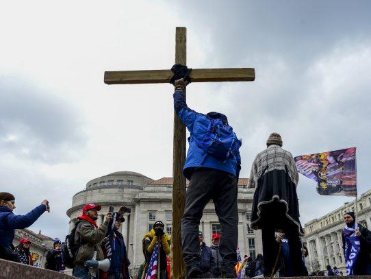 Cómo los cristianos evangélicos blancos se fusionaron con el extremismo de Trump