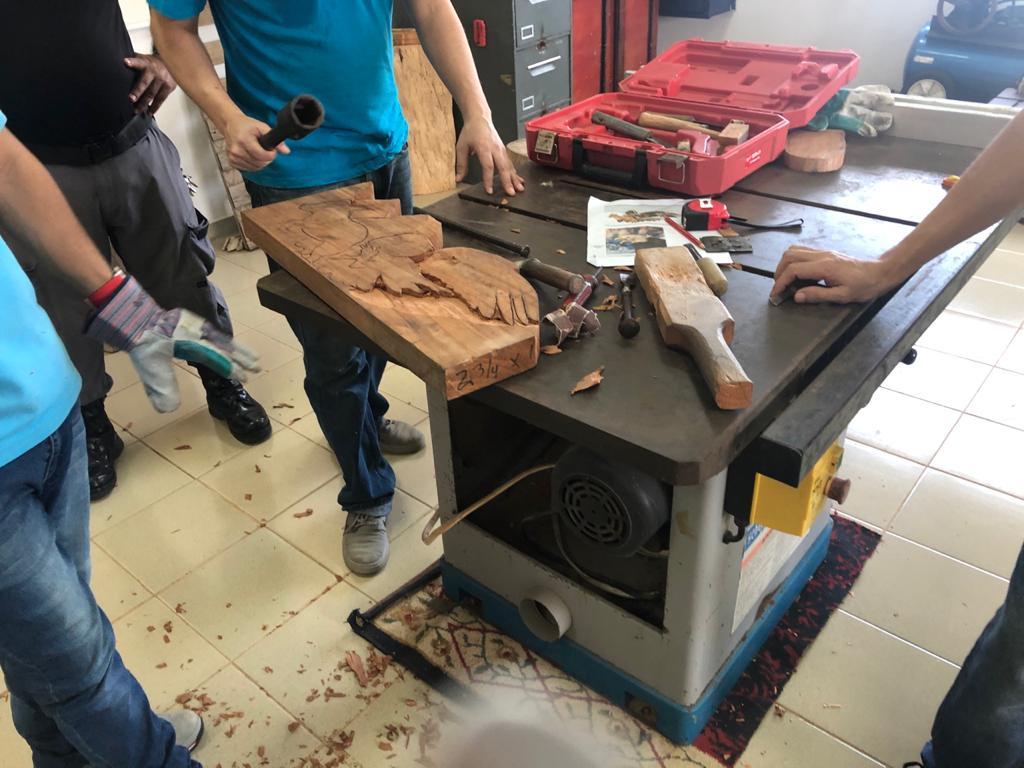 Privados de libertad tallan trabajos en madera