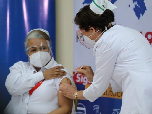 Panamá comenzó proceso de inmunizacióncon personal médico