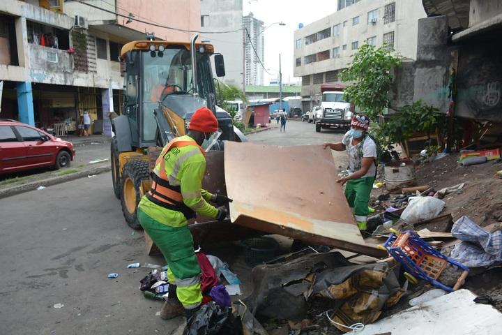 Gran cantidad de muebles viejos y basura retiró la AAUD debajo del puente de San Miguel