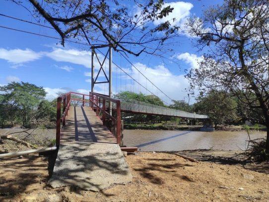 Construcción del puente colgante peatonal sobre el río Fonseca con avance del 95%