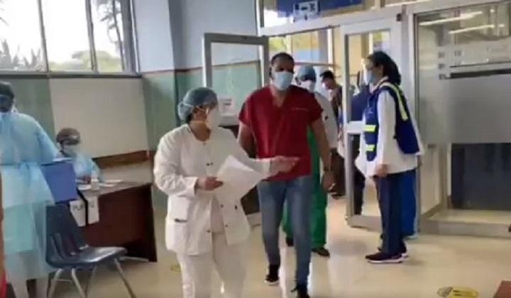 Médicos intensivistas piden se revele el listado de las personas que reciben la vacuna
