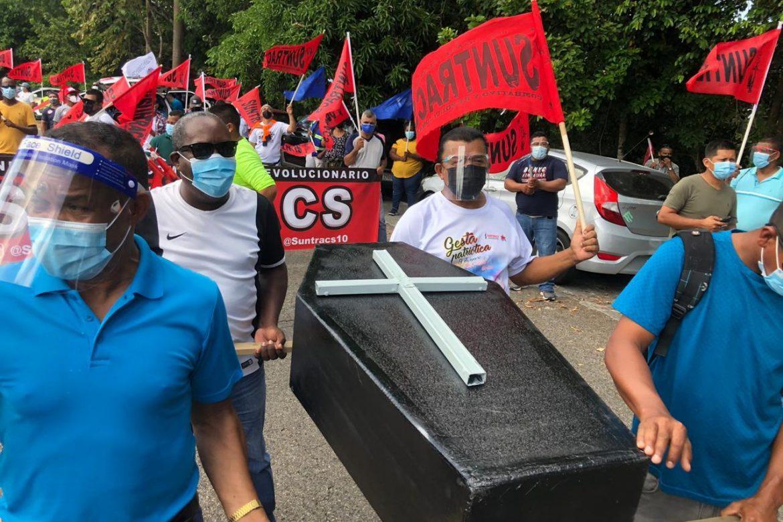 Trabajadores protestan en sede de la CSS en Clayton