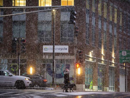 Inmensa nevada azota noreste de EE.UU. y suspende vacunación contra el covid
