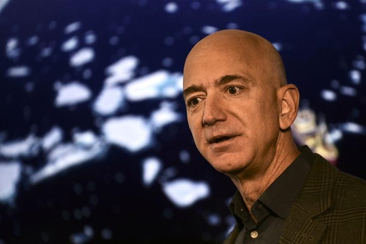 Jeff Bezos, la cabeza en el espacio pero los pies en la tierra