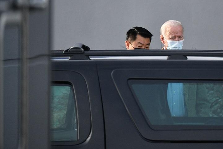 """Biden llama a una desempleada en su primer contacto """"directo"""" con los estadounidenses"""