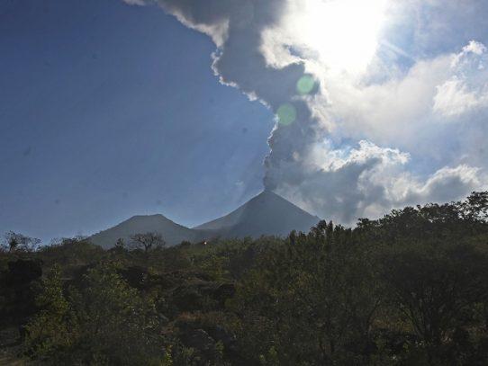 Disminuye actividad eruptiva en dos volcanes de Guatemala