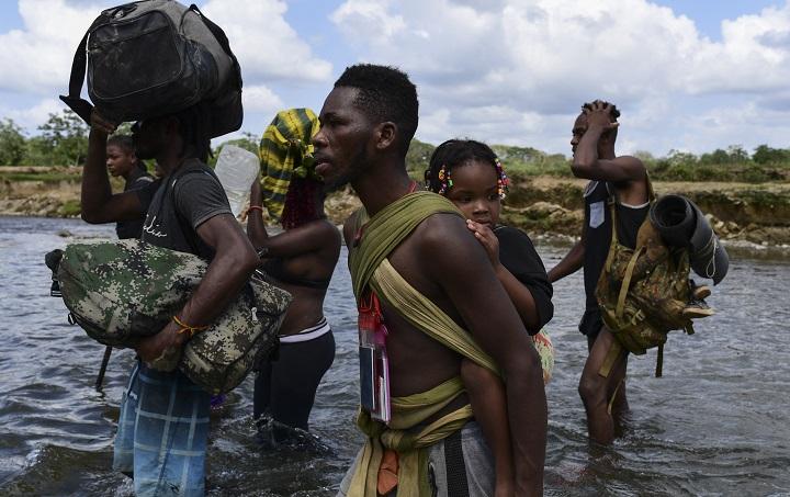 Entre la vida y la muerte, migrantes cruzan jungla panameña hacia EE.UU.