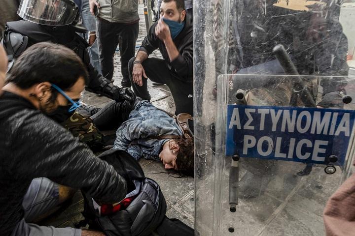 Corrupción, confinamiento y violencia policial provocan indignación en Chipre