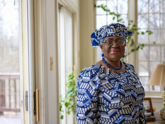 La OMC nombra por primera vez a una mujer como jefa, una nigeriana