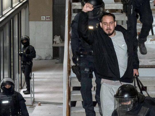 Encarcelan en España a rapero condenado por tuits, en medio de gran polémica
