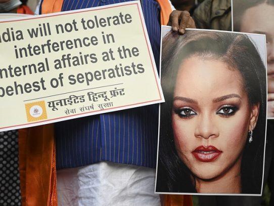 Polémica en India por una foto de Rihanna en toples con una imagen del dios Ganesh