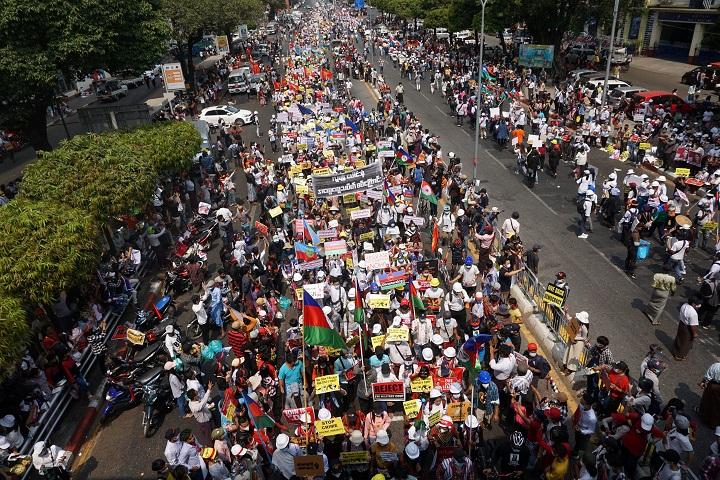 Piratas informáticos atacan a la junta de Birmania, los automovilistas bloquean las calles
