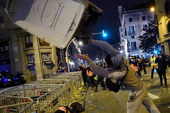 Sexta noche de protestas en Cataluña por el encarcelamiento de rapero