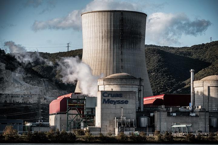Francia abre la vía a prolongar por 10 años el permiso de sus reactores nucleares más viejos