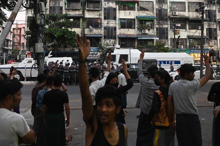 La violencia se dispara en Rangún y Facebook cierra las cuentas vinculadas al ejército birmano