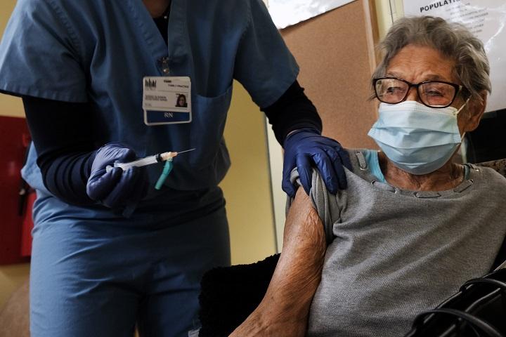 Comienza vacunación contra covid-19 en farmacias de EE.UU. mientras los casos disminuyen