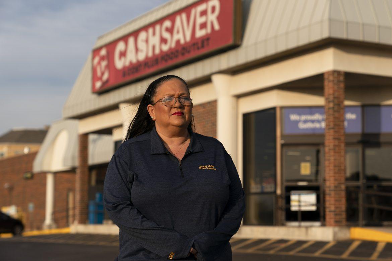 """""""Se han olvidado de nosotros"""": los empleados de las tiendas de comestibles esperan una mayor paga y vacuna"""