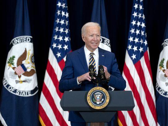 """Biden defiende inmenso plan de gastos para """"cambiar trayectoria"""" de EE.UU."""
