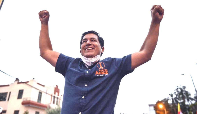 """Izquierdista Arauz se adjudica """"triunfo contundente"""" en comicios en Ecuador"""