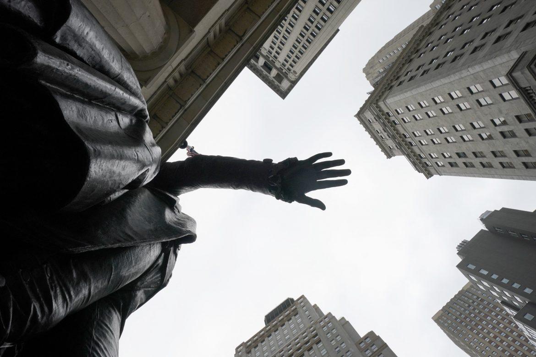 Wall Street abre en baja, pero se encamina a cerrar semana positiva