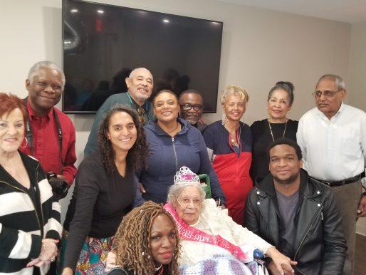 Mujer de 105 años venció al COVID-19, dice que se lo debe a sus pasas remojadas en ginebra