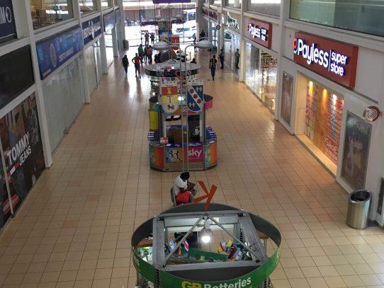 Bajo movimiento registran centros comerciales, Nadkyi Duque
