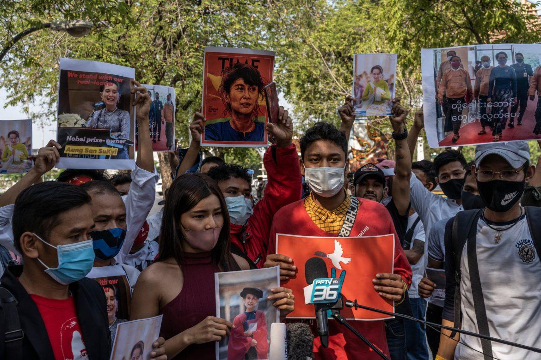 Aung San Suu Kyi, acusada de importar radios portátiles, podría ir tres años presa