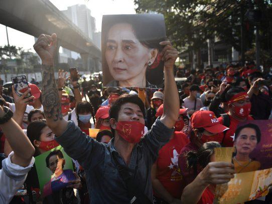 Despliegue de soldados y cortes de internet ante las protestas en Birmania