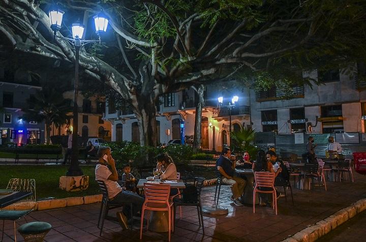 Evalúan petición de dueños de restaurantes de iniciar toque de queda a medianoche