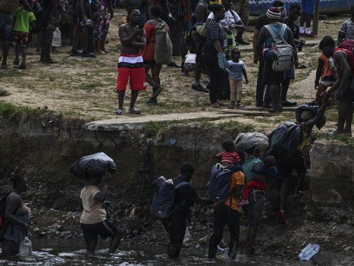 Expulsados en masa de Texas, haitianos lidian con la ira y la angustia a su regreso