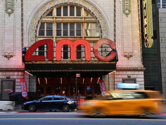 Los amantes del cine retornan a las salas de Nueva York tras un año de pandemia