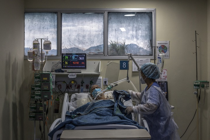 Brasil, desbordado por la pandemia, bate récord diario de muertos