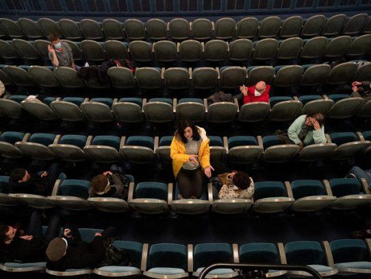 """Un teatro ocupado en París para denunciar la """"cultura sacrificada"""" por la pandemia"""