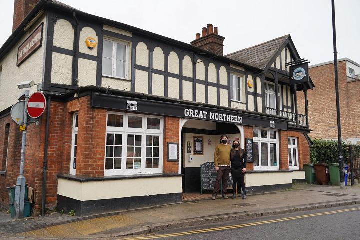 Los pubs británicos se esfuerzan por ver el vaso medio lleno pese al coronavirus
