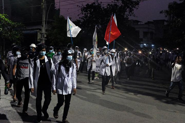 Manifestantes prodemocracia salen a las calles en Birmania tras muerte de ocho personas