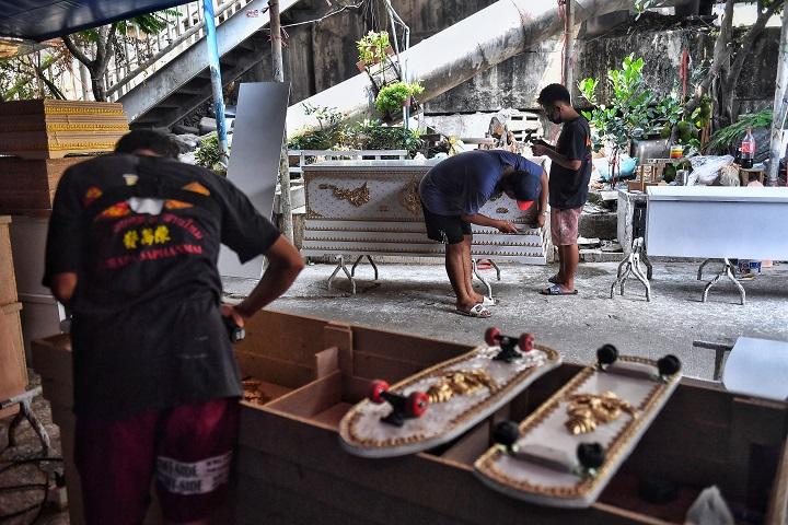 Los féretos que acabaron convertidos en tablas de skateboarding en Tailandia