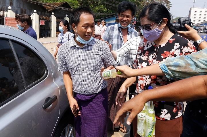 Junta de Birmania libera a más de 600 personas detenidas, entre ellas un fotógrafo de prensa