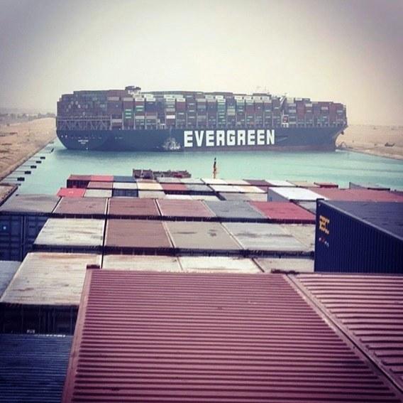 Panamá inicia investigación por encallamiento de portacontenedor en el Canal de Suez